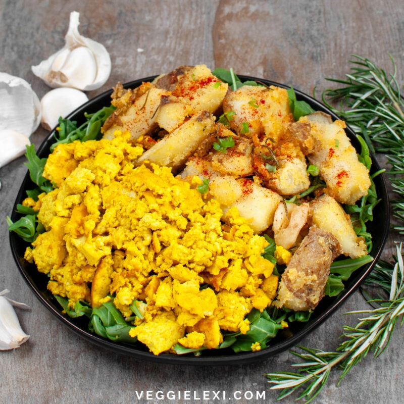 Try this amazing vegan and gluten free breakfast! A delicious Tofu Scramble served with Roasted Crispy Polenta Potatoes with Garlic and Rosemary. - by Veggie Lexi